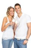 att dricka för par mjölkar Royaltyfri Foto
