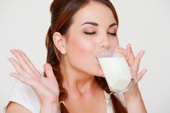 att dricka mjölkar kvinnabarn Royaltyfri Bild