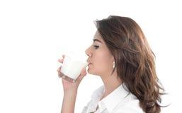 att dricka mjölkar kvinnabarn fotografering för bildbyråer
