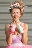 att dricka mjölkar kvinnan Arkivfoto