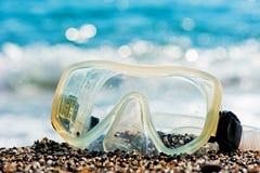 Att dyka maskerar att ligga på sanden arkivbilder