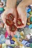 Att erbjuda för den Reiki botemedelen ställde in av karneol gömma i handflatan stenar fotografering för bildbyråer