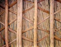 Att f?kta best?ndsdelar gjorde av ris, vasser och bambupinnar och f?stt med bast royaltyfria foton