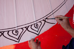 Att färga målar paraplyet som göras av papper/tyg. Konster och Royaltyfri Foto
