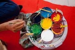 Att färga målar paraplyet som göras av papper/tyg. Konster och Arkivfoton