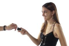 att få för bilkvinnlig tar till barn Arkivfoton