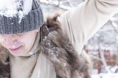 Att få för man kastar snöboll slag Royaltyfri Fotografi