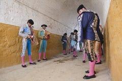 Att få för tjurfäktare klädde för paseilloen, eller initialen ståtar Fotografering för Bildbyråer
