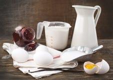 Att förbereda en deg/slår för kräppar eller pannkakor Arkivbilder