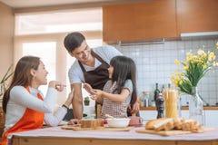 Att förbereda sig för dotterhjälpförälder bakar familjbegrepp royaltyfria bilder