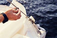 Att förbereda sig, innan det lyfter staysail, seglar Arkivfoto
