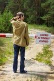 Att förbjuda för läsning för ung man deltar i skogen Arkivbild