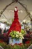 Att förbluffa den 14 fot högväxta damen i rött är ett mittstycke av den berömda Macy blomsterutställningen Arkivfoto