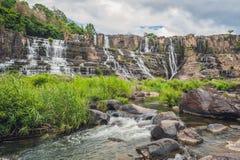 Att förbluffa den Pongour vattenfallet är berömt och mest härlig av nedgång i Vietnam Inte långt från Dalat stadsbedömning 45 Km  Royaltyfri Bild