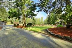 Att förbluffa som hem avstängas med stort fäktat trädgårdområde, Royaltyfri Fotografi