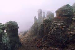 Att förbluffa vaggar former i dimman Södra Demerdzhi spökedal, Krim arkivbild