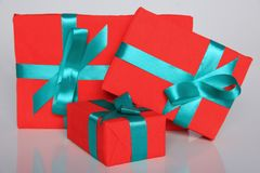 Att förpacka för gåva kan vara av olika format och färger, men glädjen av att motta dem är alltid stor Royaltyfri Foto