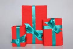 Att förpacka för gåva kan vara av olika format och färger, men glädjen av att motta dem är alltid stor Fotografering för Bildbyråer
