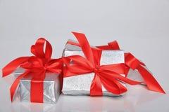 Att förpacka för gåva kan vara av olika format och färger, men glädjen av att motta dem är alltid stor Arkivfoton