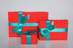 Att förpacka för gåva kan vara av olika format och färger, men glädjen av att motta dem är alltid stor Royaltyfria Foton