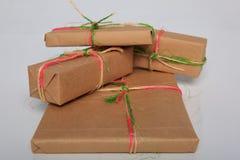 Att förpacka för gåva kan vara av olika format och färger, men glädjen av att motta dem är alltid stor Royaltyfri Bild