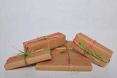 Att förpacka för gåva kan vara av olika format och färger, men glädjen av att motta dem är alltid stor Royaltyfri Fotografi