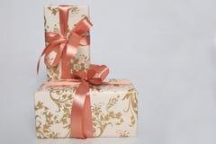 Att förpacka för gåva kan vara av olika format och färger, men glädjen av att motta dem är alltid stor Arkivfoto