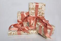 Att förpacka för gåva kan vara av olika format och färger, men glädjen av att motta dem är alltid stor Arkivbild