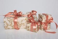Att förpacka för gåva kan vara av olika format och färger, men glädjen av att motta dem är alltid stor Royaltyfria Bilder