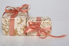 Att förpacka för gåva kan vara av olika format och färger, men glädjen av att motta dem är alltid stor Arkivbilder