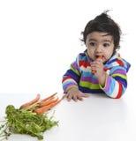 att försöka behandla som ett barn moroten äter flickan till Royaltyfria Foton