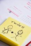 Att förvänta för föräldrar som är tvilling-, behandla som ett barn Royaltyfri Foto