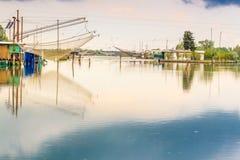 Att fiska förlägga i barack i tystnaden av den bräckta lagun Royaltyfria Bilder