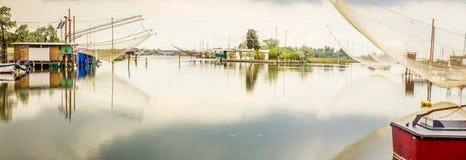 Att fiska förlägga i barack i tystnaden av den bräckta lagun Arkivfoto