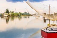 Att fiska förlägga i barack i tystnaden av den bräckta lagun Arkivfoton