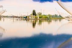 Att fiska förlägga i barack i tystnaden av den bräckta lagun Royaltyfria Foton