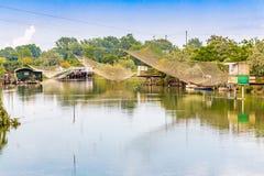 Att fiska förlägga i barack i tystnaden av den bräckta lagun Royaltyfri Fotografi