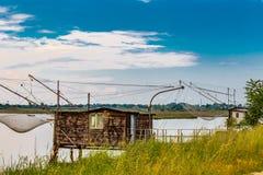 Att fiska förlägga i barack i tystnaden av den bräckta lagun Royaltyfri Bild