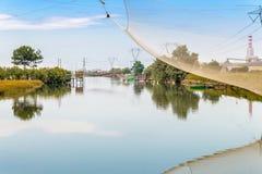 Att fiska förlägga i barack i tystnaden av den bräckta lagun Royaltyfri Foto