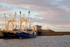 Att fiska sänder på hamnen, Den Oever, Nederländerna Royaltyfria Bilder