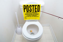 Att fiska undertecknar in toaletten Arkivbilder