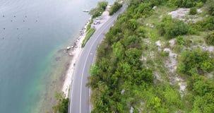 Att flyga över en asfaltväg som kör längs medlen för havskusten, kör längs vägen lager videofilmer