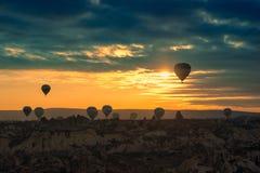 Att flyga för ballonger för varm luft turnerar soluppgång fotografering för bildbyråer
