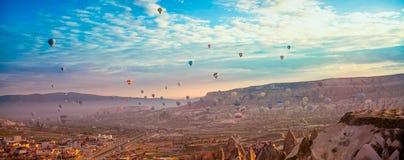 Att flyga f?r ballonger f?r varm luft turnerar soluppg?ng arkivbild