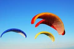 att flyga hoppa fallskärm royaltyfri foto