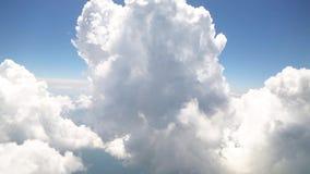 Att flyga med moln som håller ögonen på fördunklar från flygplanfönster lager videofilmer