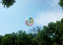 Att flyga mot de uppblåsbara rubber sportarna för himmel klumpa ihop sig royaltyfria bilder