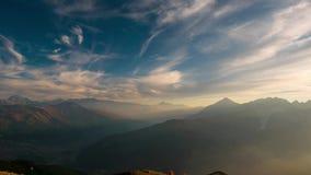 Att flytta sig fördunklar över bergkanter och når en höjdpunkt landskapet på för fjällängarna, Susa Valley, Torino, Italien tidsc arkivfilmer
