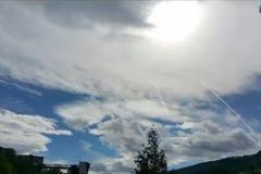 Att flytta sig fördunklar i blå himmel lager videofilmer