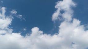 Att flytta sig fördunklar i den blåa himlen, tidschackningsperiod arkivfilmer
